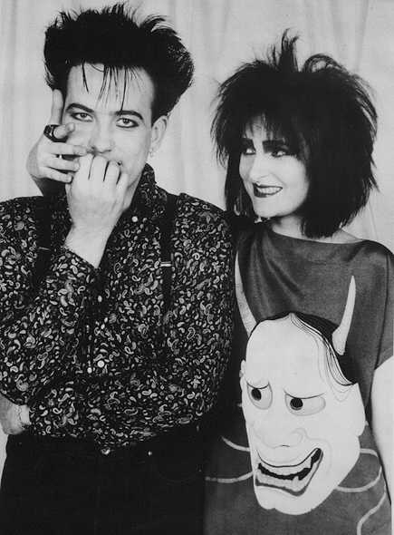 Siouxsie Sioux giving Robert Smith a lickle hug. How is that not adorable?